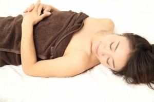 リラックスして横たわる女性の写真