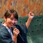 カラオケで歌う女性の写真
